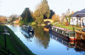 https://upload.wikimedia.org/wikipedia/commons/thumb/7/76/Oxford_Canal_at_Hillmorton.jpg/640px-Oxford_Canal_at_Hillmorton.jpg
