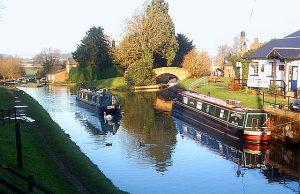https://upload.wikimedia.org/wikipedia/commons/thumb/7/76/Oxford_Canal_at_Hillmorton.jpg/640px-Oxford_Canal_at_Hillmorton.jpg